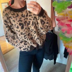 Mysigaste fluffiga leopardtröjan, piffar verkligen upp en outfit 🖤🐆 möts helst upp i gbg då den blir dyr att posta!