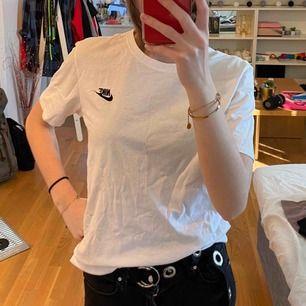 Nike tisha, har tre små fäckar på bröstet💗 vet inte om de går bort därav priset💗