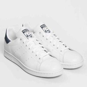 """Sneakers från Adidas, """"Stan Smith"""" med mörkblåa detaljer. Storlek 39 (dam).  Lite slitningar av användning men ändå i bra skick!   Kan mötas upp i Umeå, annars tillkommer frakt <3"""