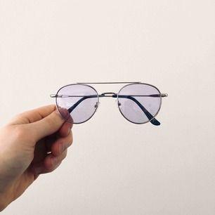 Tintade brillor. Sjukt snygga och behagligt ljus. De har UV400 som de flesta solglasögon har. Unisex