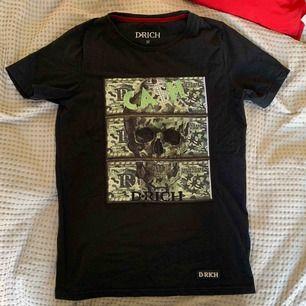Äkta D-rich t-shirt, sjukt bra kvalitet. Rhinestones både fram och bak.