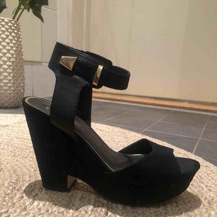 Jättesnygga sandaletter med platå!  Cirka 8 cm klack   Dragkedja på insidan så man slipper knäppa upp!   Hämtas hos mig på Kungsholmen eller skickas, då tillkommer frakt med 79 kr 💌