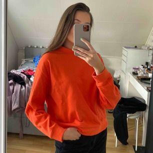 Orange tjocktröja, aldrig använd.   Kan mötas upp i Umeå, annars tillkommer frakt<3