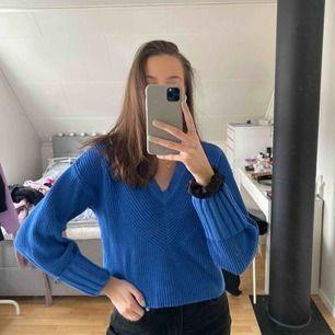 Blå stickad tröja med dubbelvikta ärmar och olika mönster i tyget.   Kan mötas upp i Umeå, annars tillkommer frakt<3