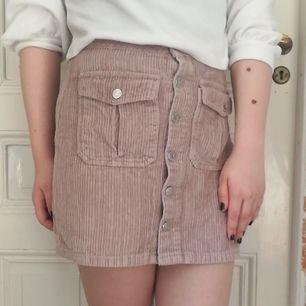 Jättegullig ribbad kjol med knäppning hela vägen ner och hög midja! Material: 100% bomull