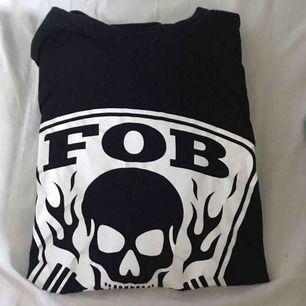 Säljer min Fall out boy tröja då den inte kommer till användning längre, lyssnar inte så mycke på dem. Använd 2-3 gånger annars har den legat i min byrå, bra skick! Den är ganska stor i storleken.  Du betalar frakt.