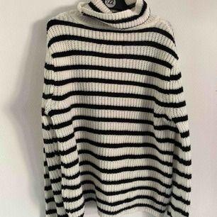 Så fin stickad tröja, perfekt till våren för den är lite tunnare än vanliga stickade. Bra skick