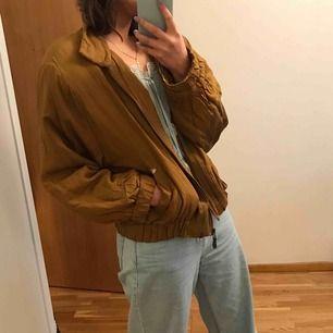 100% silke! Såå mjuk och skön men har tyvärr ett hål vid fickan, som man ser på bilden. Dessutom går den inte att knäppa men jag tycker att den är perfekt till våren att bara slänga på sig! 🥰💞