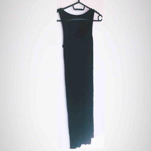 Den lilla svarta 🖤 Festlig klänning med 2 lager. Ett tight figurnära täckande lager och utanpå ett transparent lager. Läcker klänning som är perfekt för utekvällen. Använd men i fint skick.