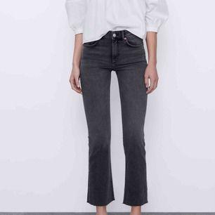 Gråa jeans från Zara. Kan skicka egen bild vid förfrågan !!!Sänker pris vid snabbköp!!! Inköpt för 259kr Jag är 155 cm.