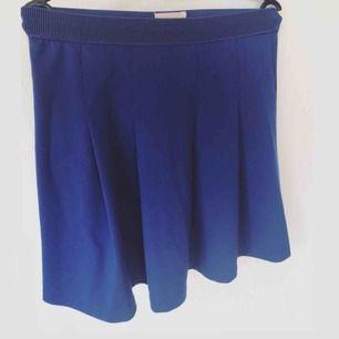 Kornblå kjol fr Lindex. Märket är Holly Whyte.  Resår i midjan. Skön och somrig. I fint skick!