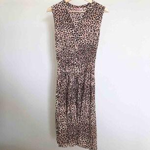 Leopardklänning från Indiska med knytning i midjan. Storlek XS. 120 kr + frakt.