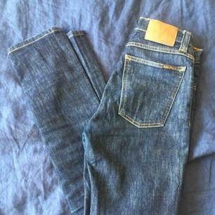 Nudie-jeans höga i midjan, fin passform med stretch. Bästa blåa nyansen! Mycket bra skick. Långa i benen på mig som är kort så på bilden har jag dragit upp dem lite i knäna.