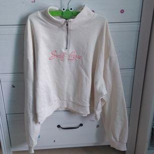 Tjock tröja köpt från H&M, aldrig använt. Croppad men helt normal för mindre storlekar (sjukt snygg oversized!). Fett mysig och ursnygg 😭 Dock inte min stil! Skriv privat för frakten.
