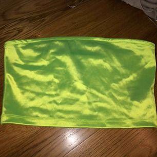 supercool somrig bandeau top i en skiftande limegrön färg! aldrig använd, säljer för 100kr! köparen står för frakten frakt 63 kr köpt är köpt
