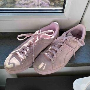 Rosa/lila skor från puma i suede. Frakten är inräknad i priset! Kolla gärna på allt annat jag säljer