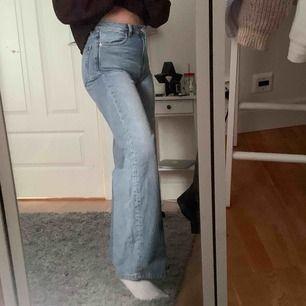 Trendiga yoko jeans ifrån Monki i midblue. Använda få gånger så dom är som nya! Frakten ingår ❤️❤️
