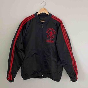 Vintage windbreaker från Adidas. Frakten ingår i priset! Kolla gärna på allt annat jag säljer!