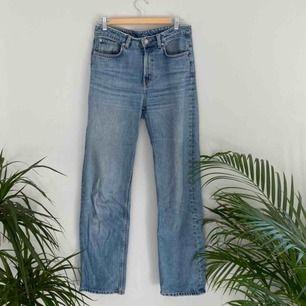 Weekday jeans i modellen Voyage. Har töjt sig till W28. Frakten är inräknad i priset! Kolla gärna på allt annat jag säljer!