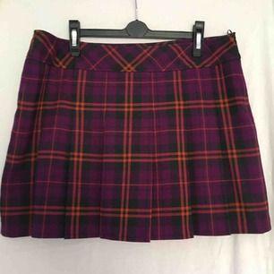 Gullig kjol från esprit, säljer för att den inte passar mig. Storlekstabellen var lite konstig men midjemått är 85. Köparen står för frakten.