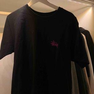 snygg svart lila stussy tröja, stl M, knappt använd, säljer för 200! stl M köparen står för frakt, 63kr!