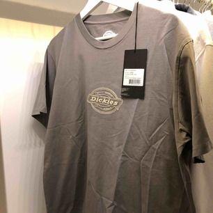 Dickies t shirt i grå beige, aldrig använd, prislapp finns kvar, stl L funkar bra som oversized t shirt på tjejer! Frakt 63kr, köparen står för frakt