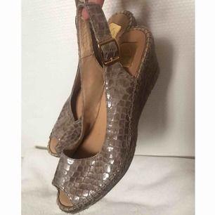 Snygga skor från kanna i storlek 39! Bra skick. Köparen står för frakten men kan även mötas upp i Uppsala, Knivsta eller Sigtuna. Tveka inte att fråga mig om något!