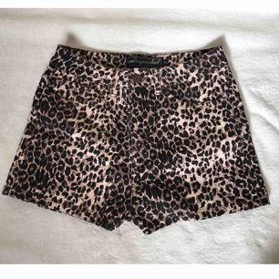 Fina shorts i storlek S! Bra skick. Köparen står för frakten men kan även mötas upp i Uppsala, Knivsta eller Sigtuna. Tveka inte att fråga mig om något!