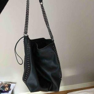 väska från zara som liknar stella mccartney, använd 2 gånger, bra skick, pris 150kr köparen står för frakten, 63kr