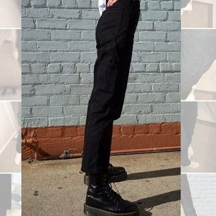 """Säljer mina fina ribbade """"painter-pants"""" från Brandy Melville då de inte kommer till användning. Flera fickor på byxan som är en jättecool detalj :). Bildenrna är från hemsidan men kontakta mig för fler bilder på byxorna."""