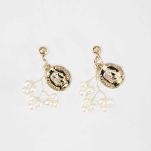 Ariel är lyxiga guldörhängen med pärlor. Fina till både fest och vardag. Helt nya och oanvända såklart!🤍 Hör av dig vid intresse❄️