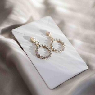Trendiga örhängen som kan användas till både fest och vardag!!🤍 Helt nya:) Hör av dig vid intresse!!❄️