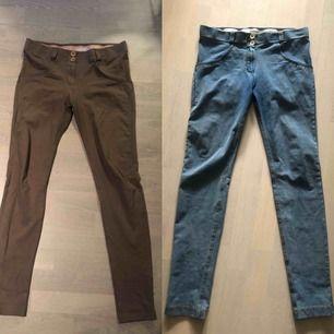 Freddy Wrup byxor, ett par i beige och ett par i jeans, ett under för rumpan! 🍑  250 kr/styck eller båda för 400 kr.  Hämtas hoa mig på Kungsholmen eller skickas, då tillkommer frakt med 59 kronor 💌