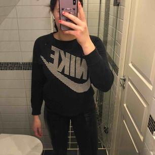 Säljer en jättefin Nike-tröja. Står att den är 12-13 år, men passar mig som vanligtvis har M. Köparen står för frakten.