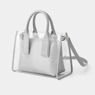Fin trendig transparent väska från Zara. Lite använd men använder ej längre. höjd: 22cm, längd:29cm, bredd 14,5cm. Hör av dig vid frågor💕Frakt tillkommer💫