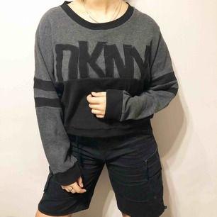 Mysig och snygg sweater från DKNY. Använd vid två tillfällen. Storlek L men passar även en storlek M och en storlek S. Köpt för 800 kr.