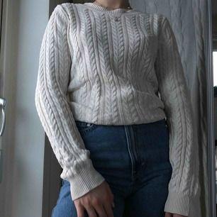 Säljer denna mysiga stickade tröjan från H&M. Gräddvit färg som jag gillar mycket men har för många vita stickade tröjor haha. Säljer billigt då jag inte har någon plats i garderoben! Köpare står för eventuell frakt