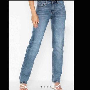 Helt nyinköpta jeans ifrån Dr denim. Raka i modellen och super sköna. I princip helt slutsålda. Köpa för 599kr. Startpriset är 300.