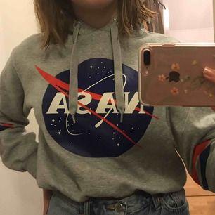 supergullig liten hoodie från hm, i fint skick! Säljs då de inte är min stil längre! kan fraktas men köparen står för frakt