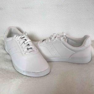 Fina skor från H&M i storlek 38! Köparen står för frakten men kan även mötas upp i Uppsala, Knivsta eller Sigtuna. Tveka inte att fråga mig om något! 🙂