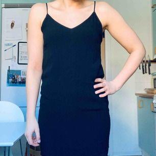 Svart bra-att-ha-klänning från Bershka. Smala, reglerbara axelband. På sista bilden har jag klänningen under en transparent topp/klänning jag också säljer i annan annons. ☺️ aldrig använd! Frakt tillkommer med 36:-