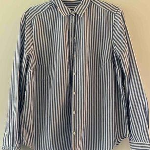 oversized as snygg skjorta i blå och vitt. svin snygg att ha över en bikini eller bara till vardags. aldrig använd, nypris 299kr!!!