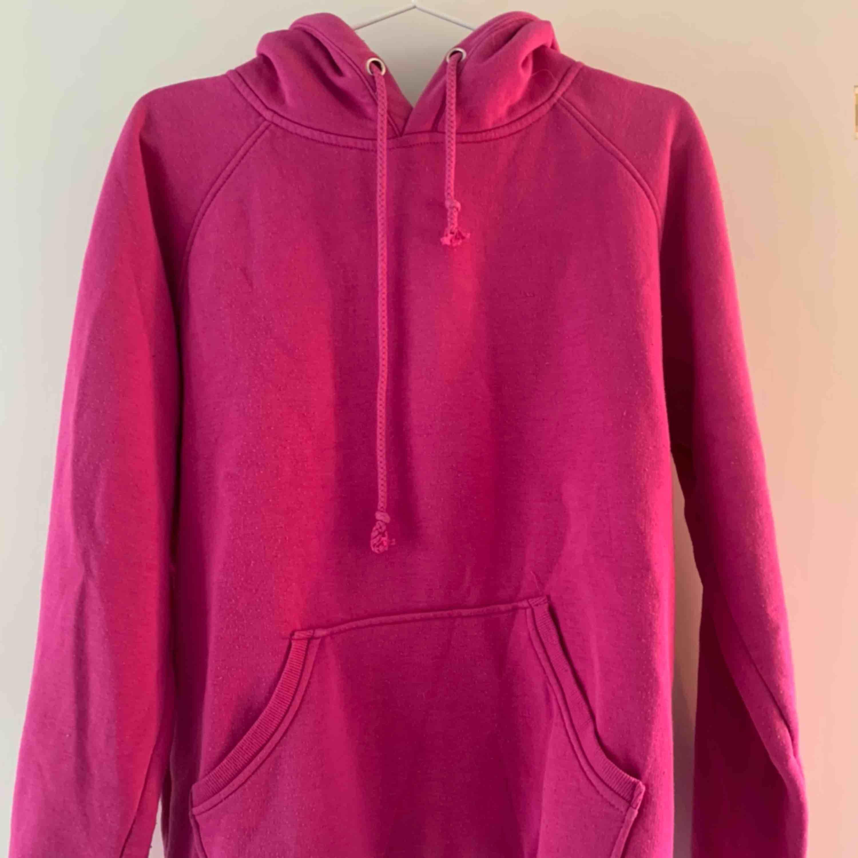 finaste hoodien i finaste färgen. passar till så mycket och så fint med lite färg!!! . Huvtröjor & Träningströjor.