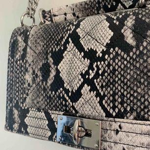 SNYGGASTE SNYGGASTE väskan i fake ormskinn. så snygg till så mycket och rymlig!!!