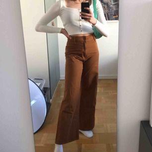 Nästintill nya byxor från H&M, super sköna men säljer pga att jag tycker de är för korta för mig! Nypris 400kr❤️🥺