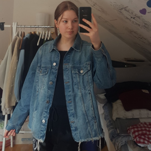 Intressekoll på min snygga lite oversize jeansjacka från H&M. Är inte säker på om jag vill sälja men kan bli så. Köpt för 400kr och använd väldigt sällan.