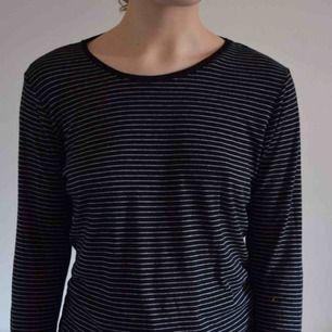 Randig tröja från Monki🐻Storlek S eller M beroende på hur tajt man vill att den ska sitta🎈Frakt 40kr