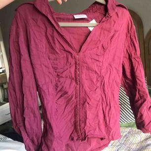 Superfin korsettliknande tröja från vintage märket pimkie. Är i ett skönt stretchigt material som får kroppen att se så fin ut!
