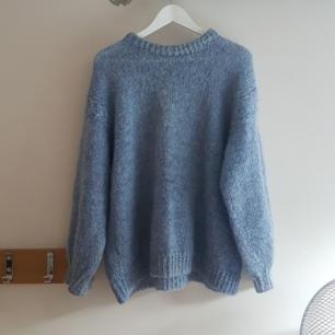 Fin ljusblå stickad tröja köpt på en loppis.