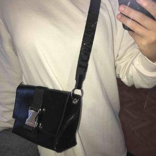 Supersnygg lackad Tommy Hilfiger väska!! Jättebra skick, endast mindre repor som synd på andra bilden. Justerbart axelband, säljer då den inte kommer till användning. Nypris: 1200kr. Priset kan absolut diskuteras🥰